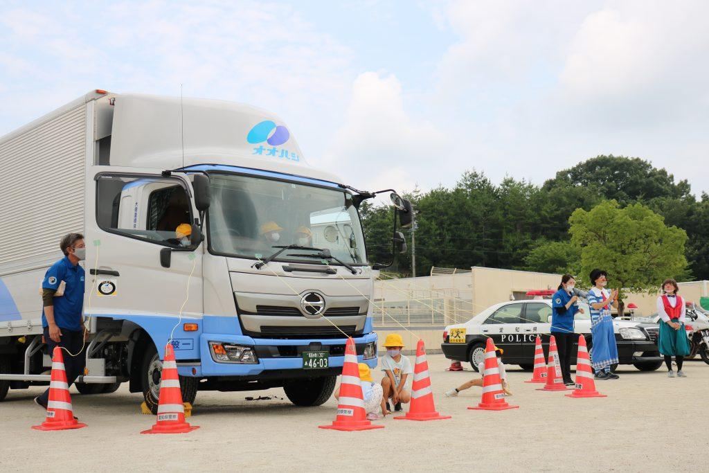 瀬戸市の小学校1・2年生へ交通安全教室を行いました。